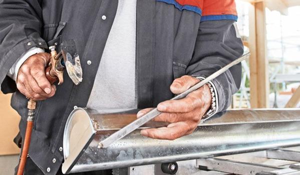 Bauteile von Hand gelötet