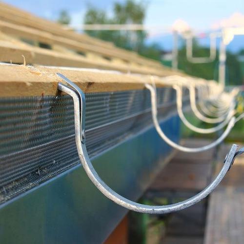 Dachrinnenhalter angebracht